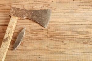 Couperet daté et utilisé sur fond de bois photo