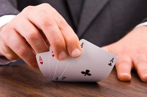 homme d'affaires montrant des cartes à jouer. photo