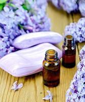 huile avec du savon et des lilas sur la planche photo