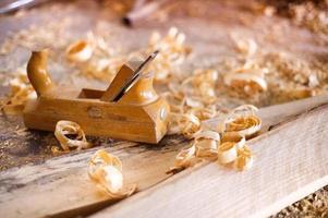 raboteuse et copeaux de bois photo