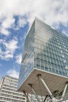 immeuble de bureaux en verre sur pilotis.