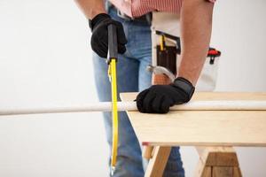 plombier à l'aide d'une scie à métaux photo