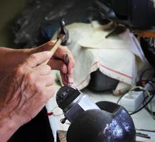 bijoutier menthes décoration argentée en atelier