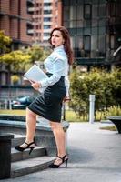 femme d'affaires réussie avec ordinateur portable photo