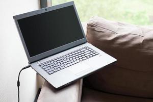 ordinateur portable sur canapé main courante photo