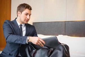 homme d'affaires dans l'hôtel de luxe photo