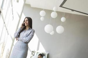 jeune femme au bureau photo