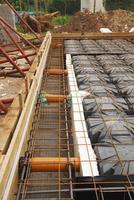travaux de fondation montrant des tuyaux de ventilation au radon