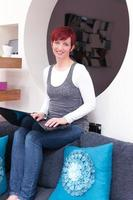 femme travaillant à la maison contemporaine photo