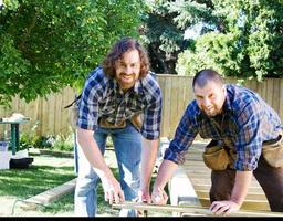 charpentiers vérifiant les mesures photo