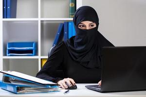 femme d'affaires musulmane au bureau photo