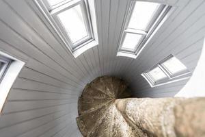 vue à l'envers d'un escalier en colimaçon