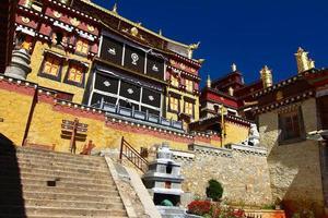 Temple Songzanlin dans la ville de Zhongdian (Shanghai-la), province du Yunnan en Chine photo