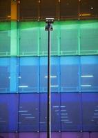 lignes de façade abstraites et réflexion de verre sur un bâtiment moderne photo