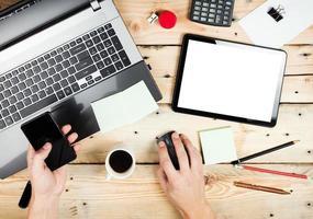 lieu de travail, homme travaillant sur l'ordinateur portable