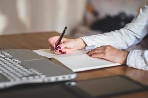 femme affaires, à, ordinateur portable, et, journal intime, dans, concept bureau, travail indépendant photo