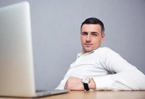 homme affaires, séance table, à, ordinateur portable