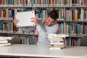 étudiant frustré jetant son ordinateur portable photo