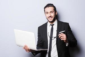 homme d'affaires avec ordinateur portable. photo