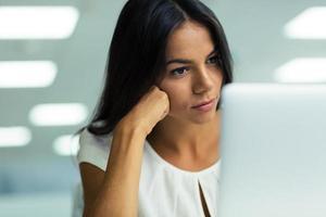 femme affaires, travailler, ordinateur portable, dans, bureau photo