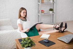 femme affaires, à, ordinateur portable, et, journal intime, concept, indépendant, travail, chez soi