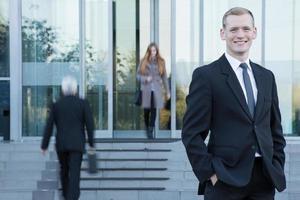 homme affaires, debout, devant, bureau photo
