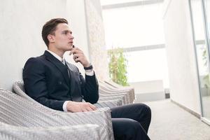 employé songeur. homme d'affaires confiant penser aux affaires photo