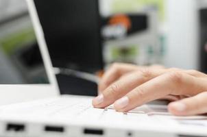doigts sur le clavier de l'ordinateur portable