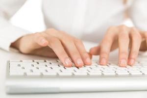 mains sur le clavier de l'ordinateur photo