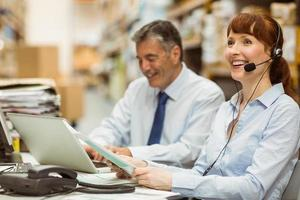 gestionnaire d'entrepôt travaillant à son bureau avec un casque photo