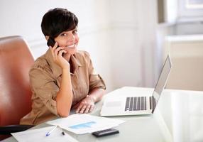femme entrepreneur, parler sur son téléphone portable photo
