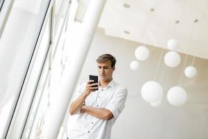 jeune homme au bureau photo