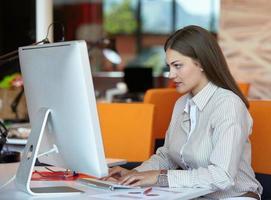 femme d'affaires avec ordinateur photo
