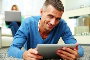 homme à l'aide d'une tablette PC