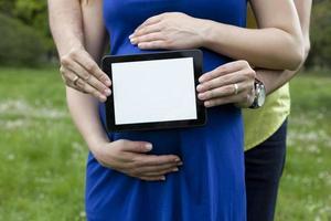 à l'aide de la tablette tactile dans le parc