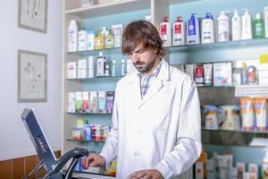 pharmacien travaillant avec l'ordinateur photo