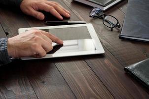 homme travaillant avec une tablette PC photo