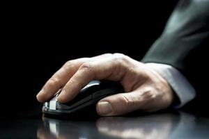 homme à l'aide d'une souris d'ordinateur sans fil photo