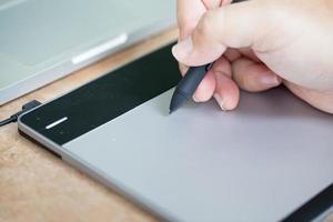 l'homme utilise une tablette graphique. photo