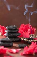 azalée fleurit des pierres noires de massage bâtons d'encens pour aromathère photo