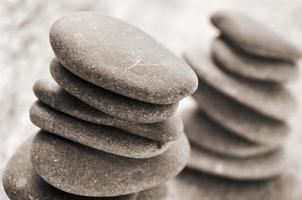 piles de pierres équilibrées photo