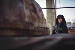 fille triste en manteau photo