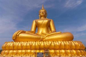 grand beau bouddha en or dans wat phathep nimit photo