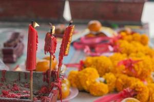 bougie allumée en pot au sanctuaire chinois.