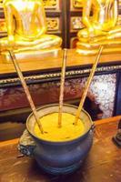 encensoir antique avec trois bâtons d'encens