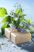 savon naturel avec fleur photo