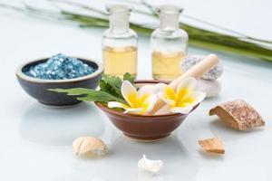 concept de spa avec mortier et pilon, fleurs, feuilles, huile essentielle photo