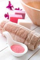 ensemble pour des procédures de massage ou de soins corporels avec différents ingrédients photo