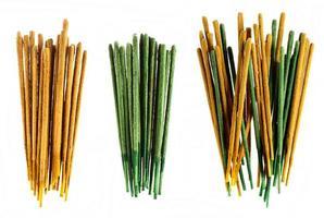 groupes de bâtons d'encens jaune et vert sur fond blanc.