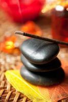 bâtons d'encens et pierres zen. faible profondeur de champ photo